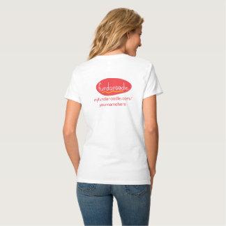 La camiseta con cuello de pico de las mujeres de