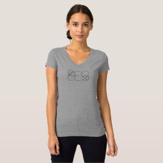 La camiseta con cuello de pico de las mujeres del