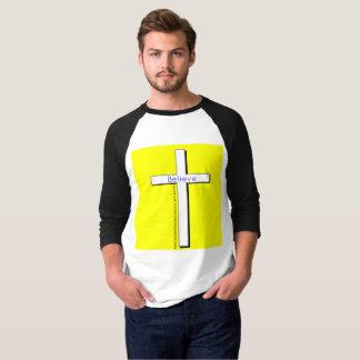 La camiseta cruzada de los hombres