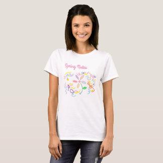 La camiseta de las mujeres de la nota y de la flor