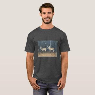 La camiseta de los hombres con el venado de cola