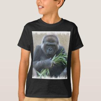 La camiseta de los hombres negros del gorila del