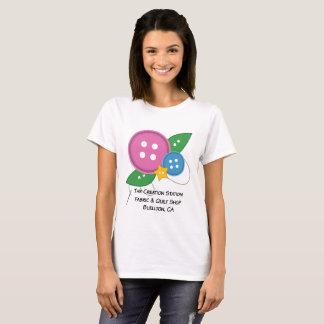 La camiseta del botón de la estación de la