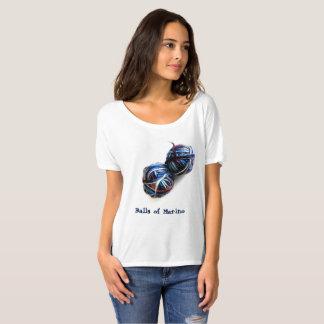 La camiseta del calcetero con las bolas del hilado