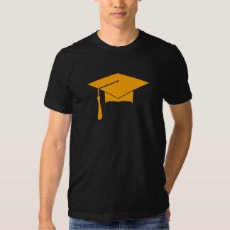 La camiseta del casquillo de la graduación añade