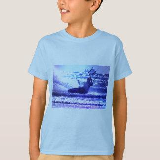 La camiseta del niño que practica surf de la