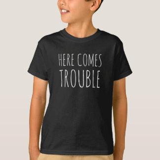 """La camiseta del PROBLEMA del muchacho """"AQUÍ VIENE"""""""
