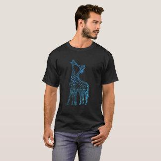 La camiseta oscura básica de los hombres, romance