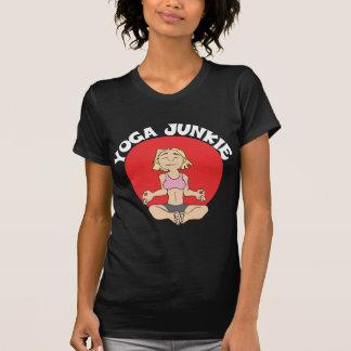 La camiseta oscura de las mujeres del drogadicto