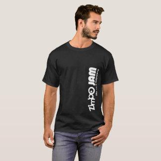 La camiseta oscura de los hombres del atasco de