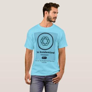 La camiseta seleccionada al azar del adulto de