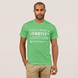 La camiseta verde de los hombres del cabildero de