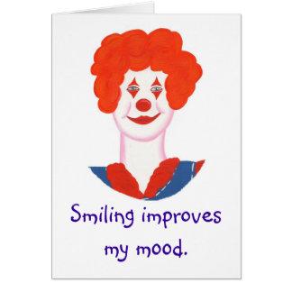 La cara feliz del payaso, sonriendo mejora mi tarjeta de felicitación