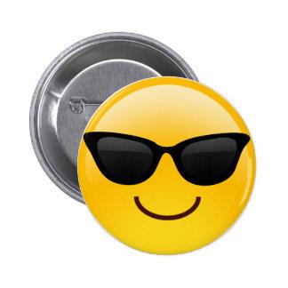 La cara sonriente con las gafas de sol refresca chapa redonda de 5 cm