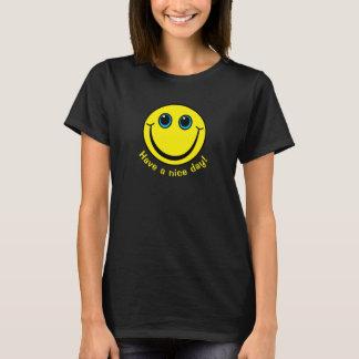 La cara sonriente tiene un día agradable camiseta