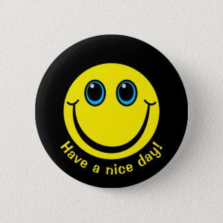 La cara sonriente tiene un día agradable chapa redonda de 5 cm