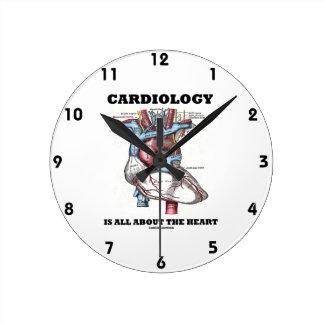 La cardiología está todo sobre el corazón reloj redondo mediano