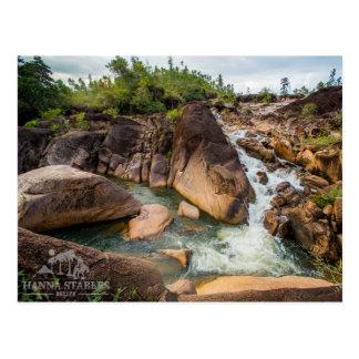 La cascada en el pino de montaña Ridge Postal