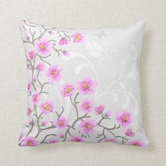 La cereza japonesa florece la almohada de tiro