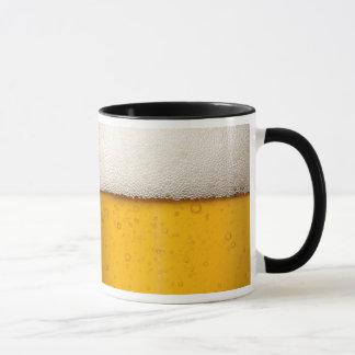 La cerveza burbujea primer taza
