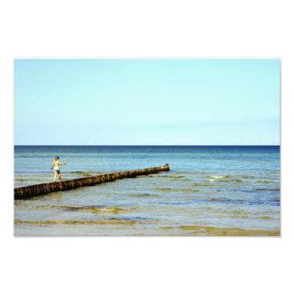 La chica pequeña y el mar foto