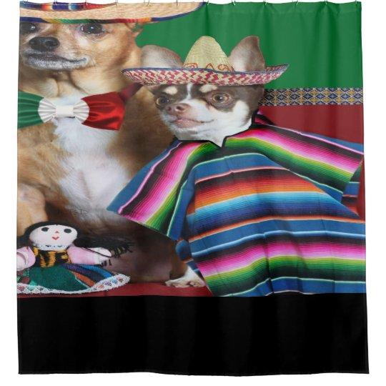 La chihuahua mexicana persigue la cortina de ducha