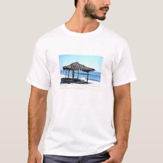 La choza de la persona que practica surf camiseta
