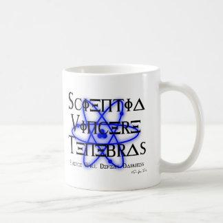 La ciencia derrotará la oscuridad (azul) taza de café
