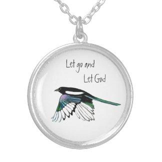 La cita inspirada del pájaro de la urraca dejó va collar plateado