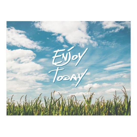 "La cita inspirada ""disfruta hoy"" del campo verde postal"
