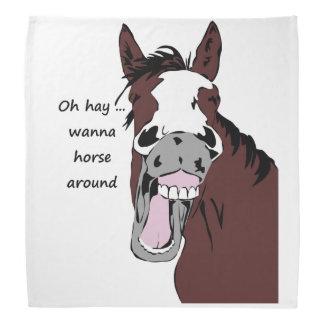 La cita tonta del caballo divertido quiere al bandana
