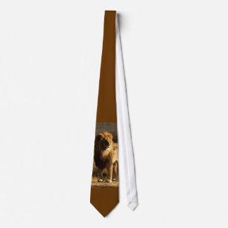 La corbata de los hombres sedosos del león salvaje