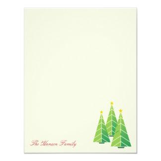 La crema verde moderna de los árboles de navidad invitación 10,8 x 13,9 cm