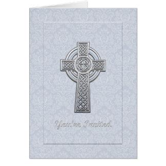 La cruz de plata en el damasco azul le invitan tarjeta de felicitación