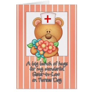 La cuñada cuida la tarjeta del día con la enfermer