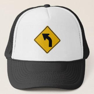 La curva izquierda, trafica la señal de peligro, gorra de camionero
