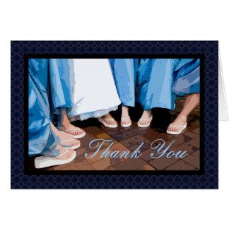 La dama de honor de los pies de la novia le tarjeta pequeña