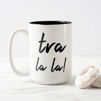 """""""La del la de Tra!"""" Declaración: Tipografía Taza De Café De Dos Colores"""