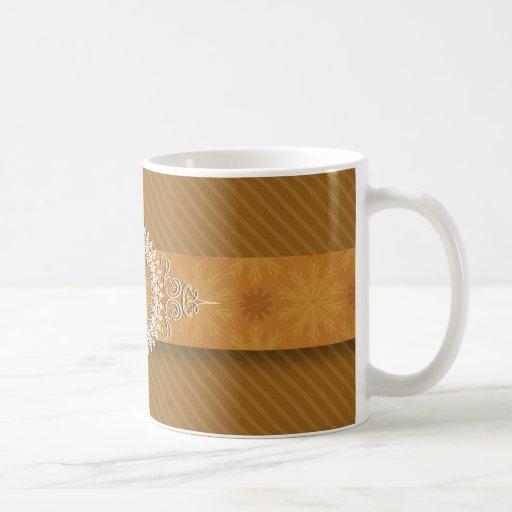 La diagonal de oro raya la taza del monograma