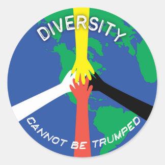 La diversidad no se puede Trumped - pequeño Pegatina Redonda