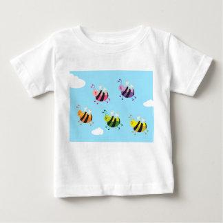 La diversión embroma la camiseta de la abeja