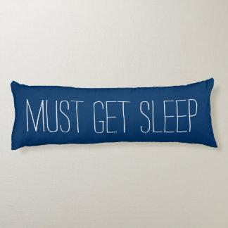 La diversión y el azul de relajación y el blanco almohada de cuerpo entero
