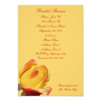 La ducha nupcial de la flor amarilla del capullo invitación 12,7 x 17,8 cm