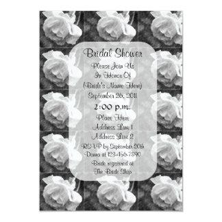 La ducha nupcial floral del capullo de rosa blanco invitación 12,7 x 17,8 cm