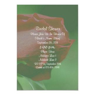 La ducha nupcial floral del capullo de rosa rojo invitación 12,7 x 17,8 cm