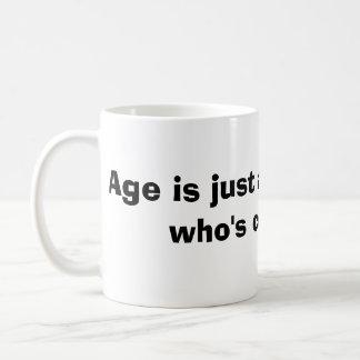 La edad es apenas un número, taza clásica