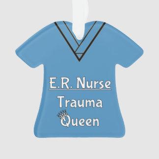 La enfermera del ER friega el ornamento
