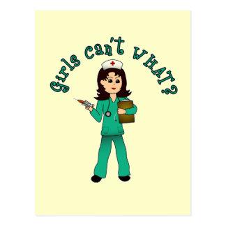 La enfermera en verde friega (la luz) postal