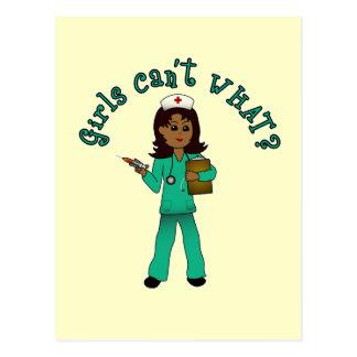 La enfermera en verde friega (la oscuridad) postal