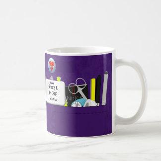 La enfermera personalizada friega en púrpura taza